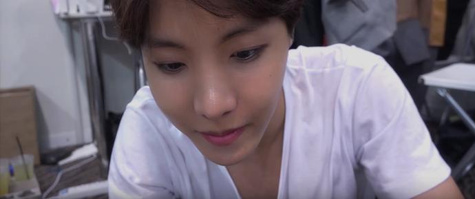 [BANGTAN BOMB] J-Hope está tentando usar lentes de contato