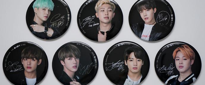 [FOTOS] 04.05.16 – Bottons do BTS para a campanha da SK Telecom