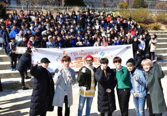 BTS faz visita surpresa a escola secundária antes de sair em turnê mundial