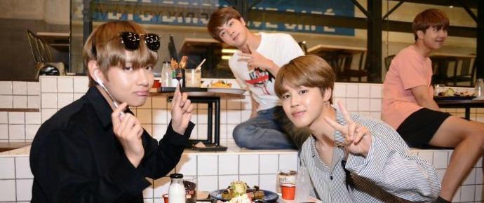 BTS visita seu próprio Brick Live Café na Tailândia