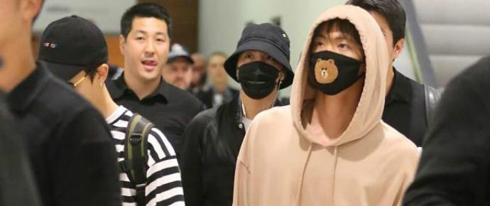 Pandemônio no aeroporto de Sydney após BTS desembarcar ao som de gritos de fãs