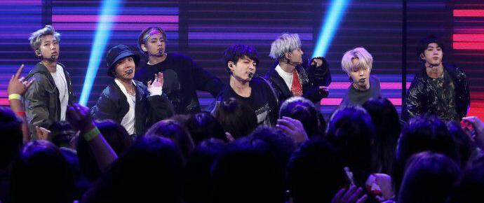 """BTS apresenta """"MIC Drop Remix"""" e """"DNA"""" no Ellen DeGeneres Show"""