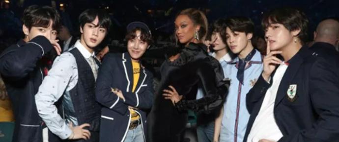 Tyra Banks tira foto inesquecível com o BTS no Billboard Music Awards