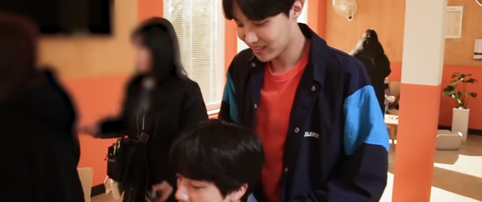 🎥 Hora da massagem do Jin e do Hope!