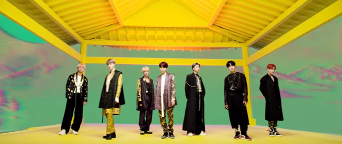 "Grupo de K-Pop BTS coordena looks coloridos no clipe de ""IDOL"""