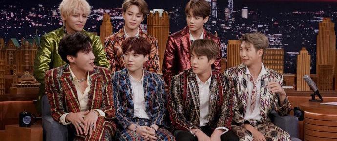 A evolução do estilo do BTS, das correntes de ouro às estampas de passarela
