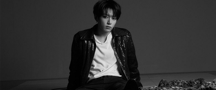 JungKook chora após ser forçado a se apresentar sentado por motivos de saúde