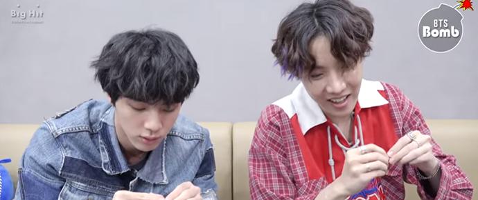 🎥 Jin e J-Hope brincam com brincos