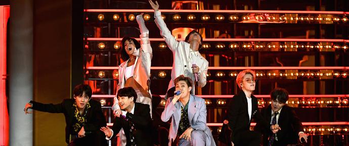 A cada ano que passa, o BTS trabalha com mais artistas ocidentais — e está dando muito certo!