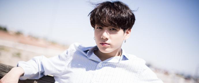 JungKook recebeu uma ligação de sasaeng ao vivo — e mostrou como lida com isso