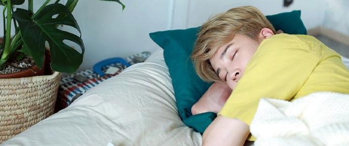 O jeito que o Jimin dorme está fazendo os ARMYs surtarem de tanto amor!