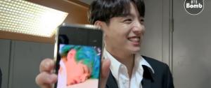 [BANGTAN BOMB] JK tirando uma foto dos integrantes dormindo