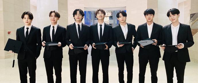 Os integrantes do BTS deram início à pós-graduação na Hanyang Cyber University! 🎓